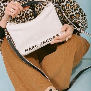 直接享7.5折 超萌小圆包$210Marc Jacobs 美包促 收焦糖棕、大象灰相机包 收封面同款