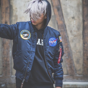 现价$94.64(原价$165.00)。Alpha Industries 男士 NASA MA-1 飞行夹克 GD同款