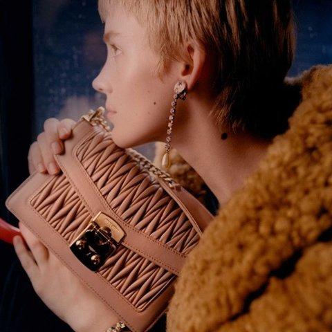 5折起 £472收经典款褶皱链条相机包Miu Miu 精选包包、墨镜、美鞋服饰私促开始 少女心的小秘密