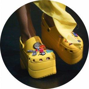 售价£350起 粉色款现已开放Balenciaga x Crocs 松糕洞洞鞋现开放预订