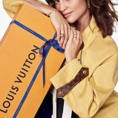 罕见9折 羊毛围巾$285Louis Vuitton 节日送礼专场 老花腰带$476 斜挎包$1476
