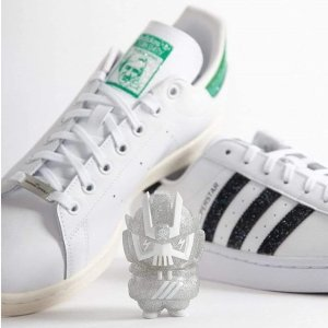 定价£89.95 官网尺码全上新:Swarovski x adidas Superstar/Stan Smith 联名华丽水钻小白鞋上架