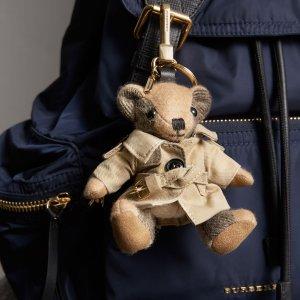 无门槛8.5折 低至€102Burberry 配饰专区折扣进行时 超萌小熊挂饰等你带回家