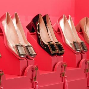 8.5折 经典方扣平底£329Roger Vivier 新品美鞋精选热卖,正式、休闲都百搭