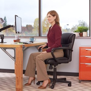 AmazonBasics 可旋轉皮革電腦椅