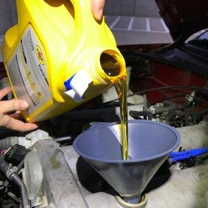 换机油怎么做 手把手教你爱车省钱一起抓 自己给车换机油