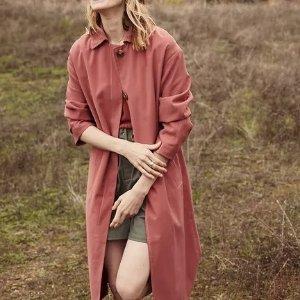砖红色风衣