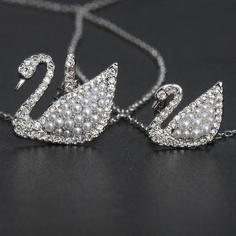 低至5折 £40收封面白天鹅Swarovski 优雅珍珠系列热促 天鹅、羽毛、海豹抱着黑珍珠