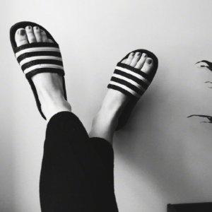 无门槛7.5折 收夏天必备三道杠拖鞋Adidas 精选运动潮鞋、服饰热卖