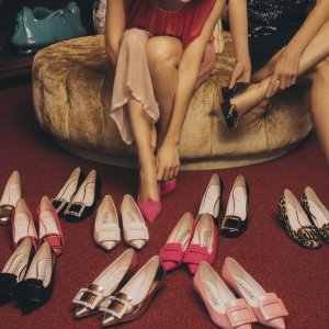 每满$200减$50  经典方扣$450起Roger Vivier 精选美鞋热卖 春夏新配色