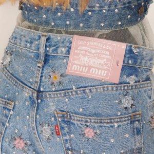 花朵&水晶&蕾丝 可可爱爱Miu Miu X Levi's 联名预告 可甜可酷 新式牛仔