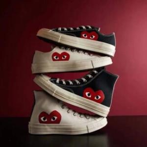高低帮码全!手慢无!CDG x Converse 联名小波点鞋上架 情侣鞋穿起来