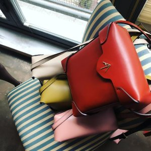 最高立减$300  刘雯同款$445收Manu Atelier 新款美包满减热卖  收箭头包、托特包