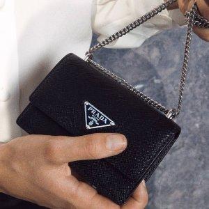 变相8.6折起 收新款Cleo手袋Prada 2021 春夏新款 链条包$895 渔夫帽直降$100