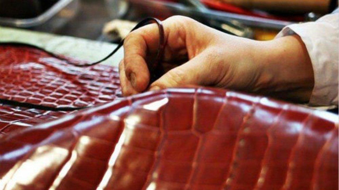 皮革护理方法大全 | 小牛皮,小羊皮,麂皮... 不同皮质的养护指南