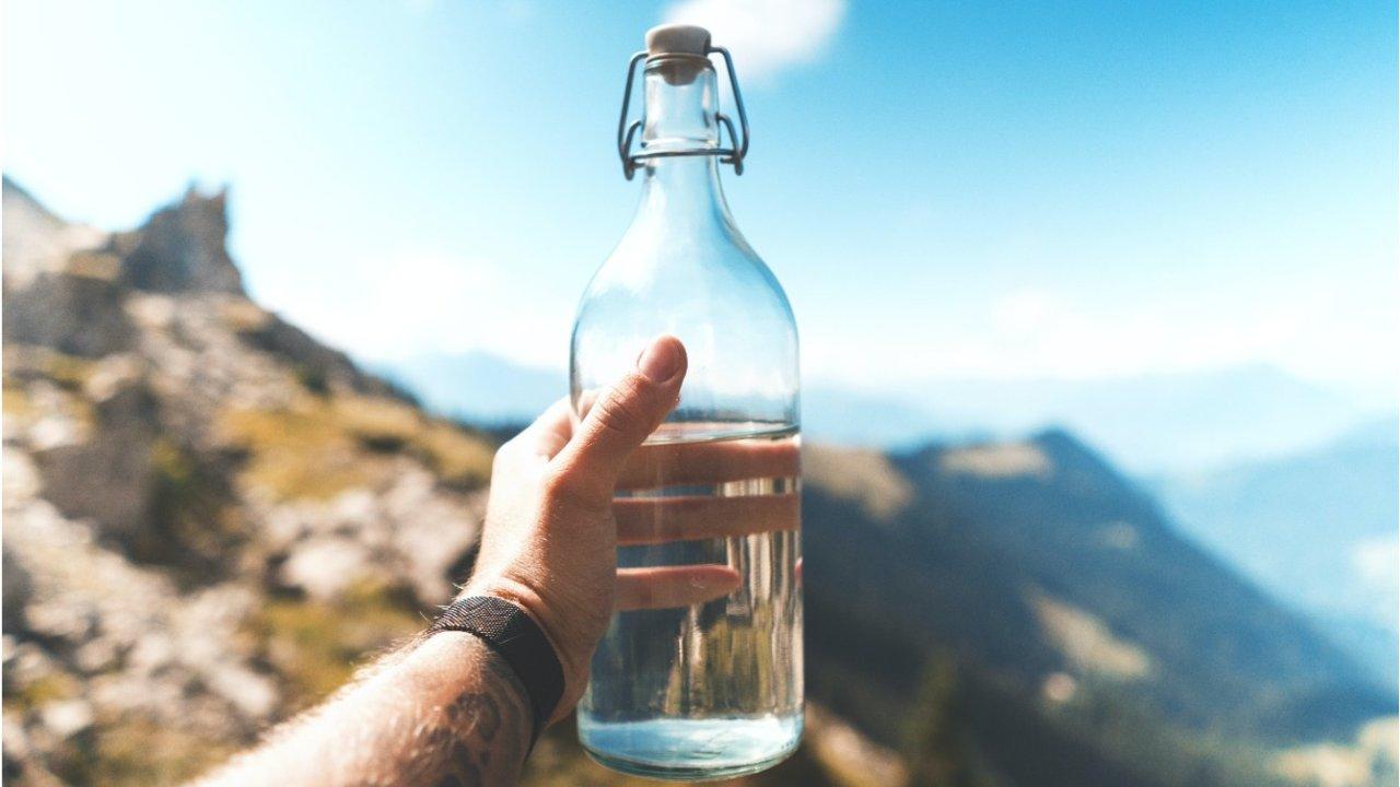 在法国喝水也有讲究?自来水、瓶装水、气泡水,喝什么对身体好?附品牌推荐