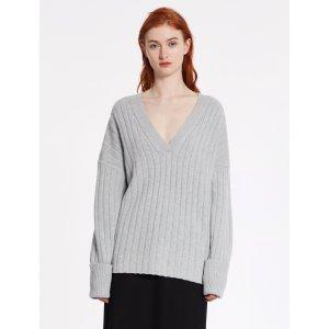 灰色山羊绒毛衣