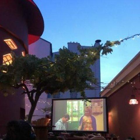 位置有限 需提前预约Moulin Rouge红磨坊 露天影院免费开放啦 拉上小伙伴蹭一波大片