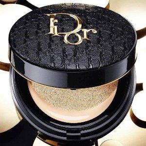 仅€53收 色号全!下个爆款预定!惊喜上新:Dior 2021春季限定 「雾黑皮革老花气垫」颜值控必抢