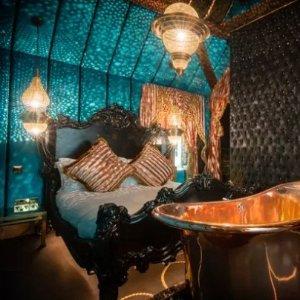低至4折Crazy Bear狂欢度假酒店 原始、狂野、与复古 情侣约会不可错过