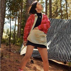 桃粉色运动内衣$28 首次合作上新:adidas x Marimekko 推出联名鞋服 可爱北欧印花风格