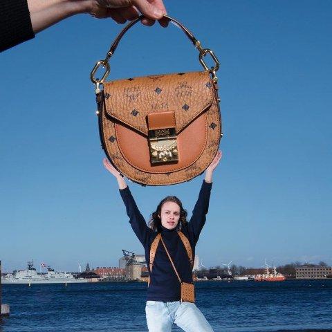 全场7折 €570收封面类似款MCM 潮奢包包SS20来袭 经典双肩包、红粉爱心系列等你收