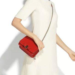 红红火火过新年 收汪星人印花方巾Salvatore Ferragamo中国新年系列上新热卖 入甜美Vera包包