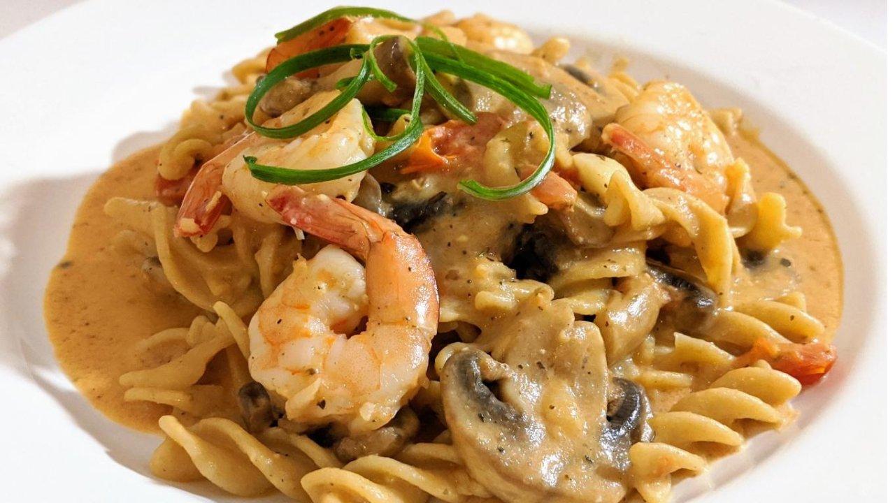 快手美食+美食DIY|鲜虾蘑菇奶油红酱意面(酱汁沾面包也好吃!)
