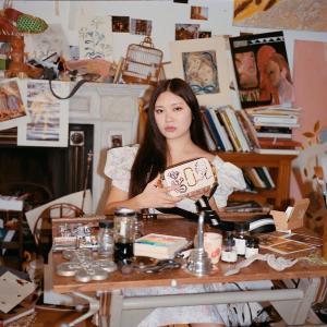 """售价$775 部分款即将断货上新:Marc Jacobs x Faye Wei Wei 联名相机包 来自中世纪的""""浪漫"""""""