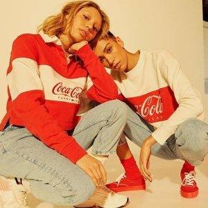£46起 穿起我阔爱的快乐宅Tee!上新:Tommy Jeans x Coca Cola 联名系列上市