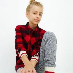 5折+送礼卡 快给孩子们配个亲子Roots 官网 精选温暖童装 经典红黑格子衬衫低至$20