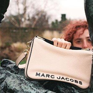 5折起+额外85折 €71收史努比联名TMarc Jacobs 夏季大促 收爆款相机包、枕头包、史努比联名T恤