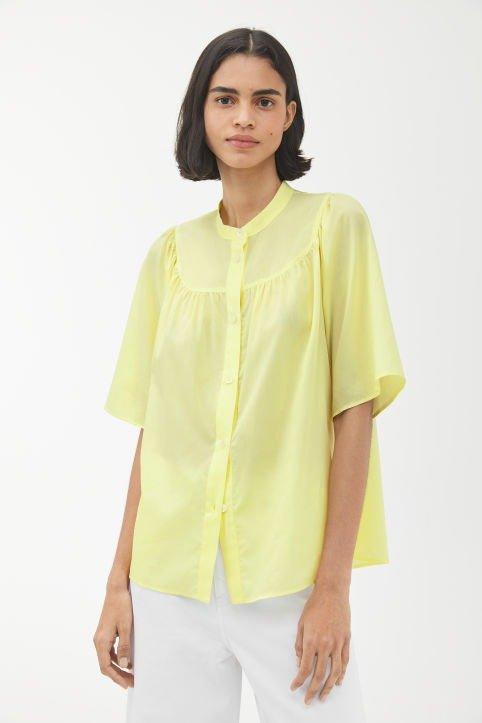 鹅黄色衬衫