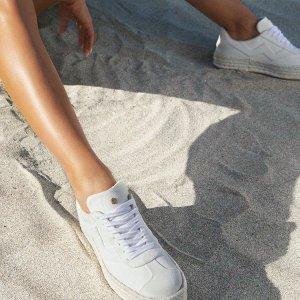 低至3折 封面小白鞋$99上新:Stuart Weitzman 美鞋热卖 一字带$99,反季长靴$209