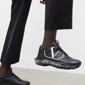 一律8.5折 £246收经典T恤上新:Valentino 华伦天奴大促 经典铆钉都有 新款老爹鞋也参加