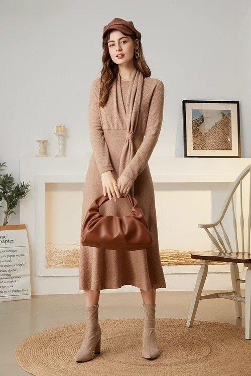 驼色围巾领全羊毛连衣裙