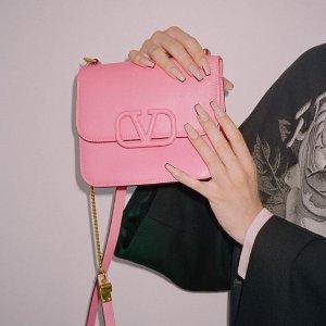 全场6折 £174收T恤 托特包£504上新:Valentino 官网冬促进行中 收铆钉款、UC联名款、Logo包包等