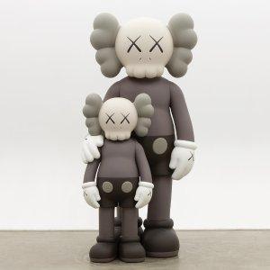 Kaws 限量版玩偶发售 还在抢优衣库吗 直接买玩偶吧