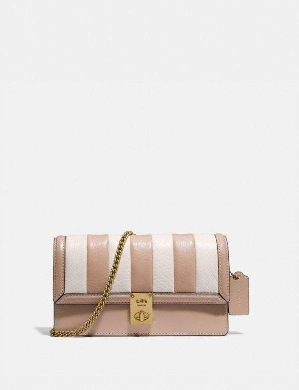 Hutton 温柔奶茶色绗缝链条包