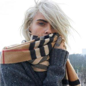 独家$339(原价$540)收封面同款经典色Burberry 宽版经典格纹围巾超低价热卖