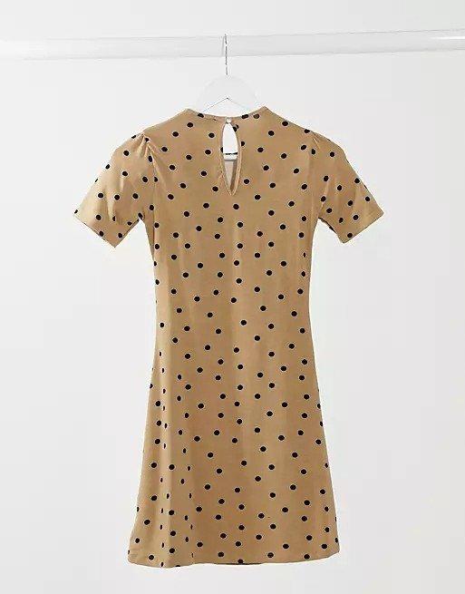驼色波点连衣裙