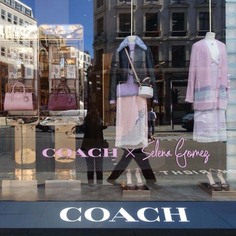 来自半熟女孩的魅力 大家放弃抵抗INS女王Selena同名系列 强势降临Coach摄政街旗舰店