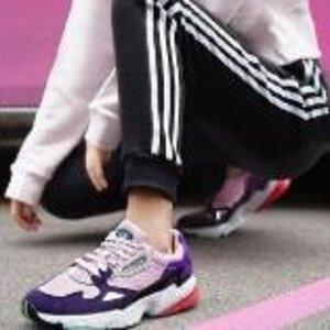 $100包邮adidas Falcon女款复古老爹鞋 大幂幂同款粉紫
