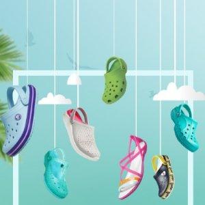 任意搭配2双$50+免邮延长一天:Crocs 儿童凉鞋、洞洞鞋、拖鞋,开启你的欢乐夏天