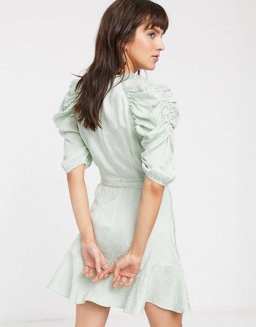 暗纹系带浅绿连衣裙