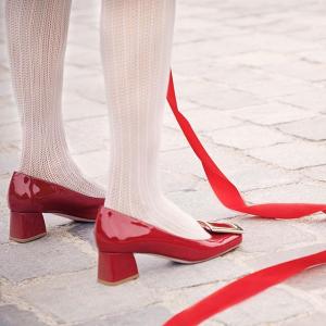 星号8.5折!新款方扣鞋£365Roger Vivier 好折来袭 优雅复古代表美鞋 收经典款方扣、钻扣美鞋美包