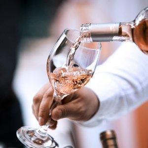 折后€37.99收6支 少女的优雅桃红葡萄酒品鉴套装热卖 在阳光下闪烁着粉水晶般的光芒