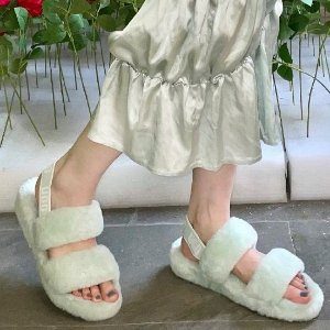 9折+首单免邮 收封面款独家:UGG 糖果色毛绒拖鞋 $112.5手香芋紫厚底毛绒凉鞋
