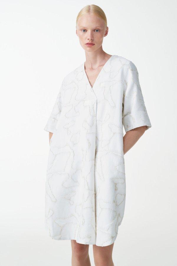 白色V领连衣裙