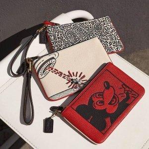 零钱包仅€75 拼手速Coach官网 米奇 X Keith Haring 联名款上线发售 大耳朵超可爱